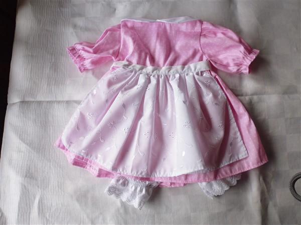 Rosa klänning med vita prickar som knäpps med kardborre bak. Vitt förkläde  som knyts och 7466c0a5395e9